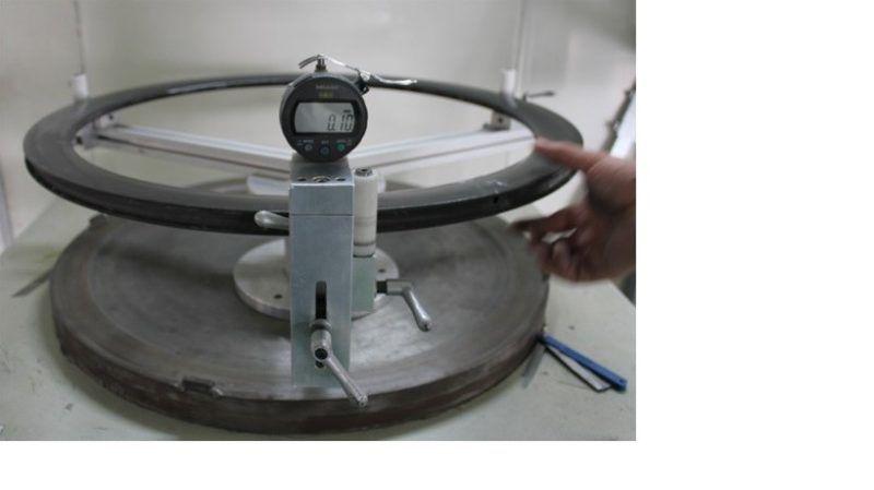 Test rovnoběžnosti ráfku. Odchylka nesmí přesáhnout 0,2mm.
