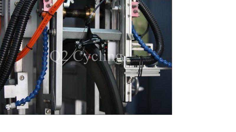Dynamický test tepelné odolnosti. Zatížení ráfku 70kg, brzdný tlak 8kg, rychlost 13km/h. Souvislé brždění 80s – 10s uvolnění. Celkem 20 cyklů.