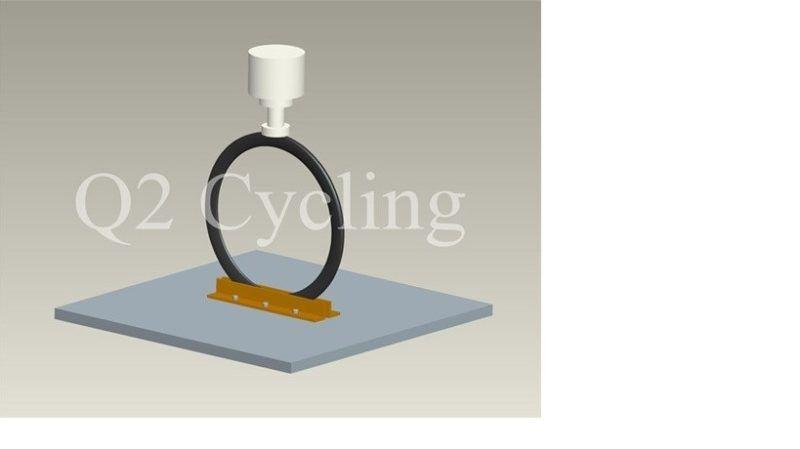 Vertikální tlakový test. Při zatížení 300kg nesmí dojít k trhlinám a poškození.